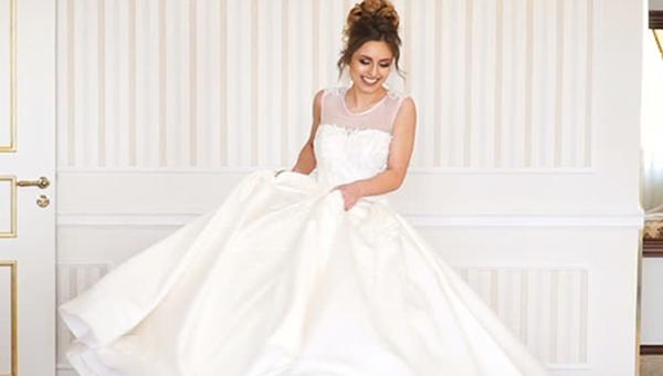 how to choose a wedding dress bride turn around fitting room bethaney photography
