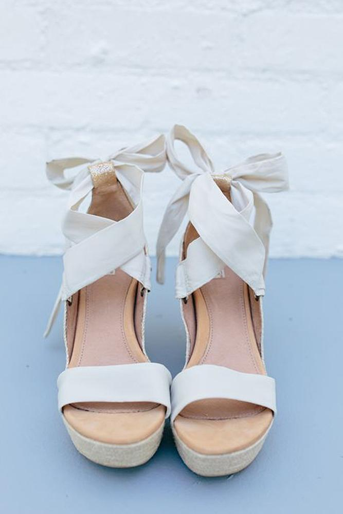 simple wedding shoes 24 wedding shoes for an seaside ceremony 7524